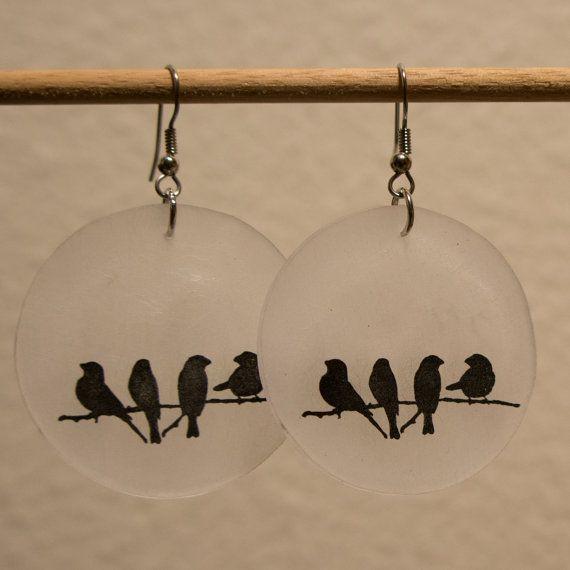 Un an et demi pouce oreille circulaire avec un noir imprime de quatre corbeaux sur une branche sur plastique rétractable satiné ou mat. Fils en