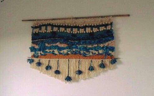 Telar de lana (wall loom) como respaldo de cama dos plazas.