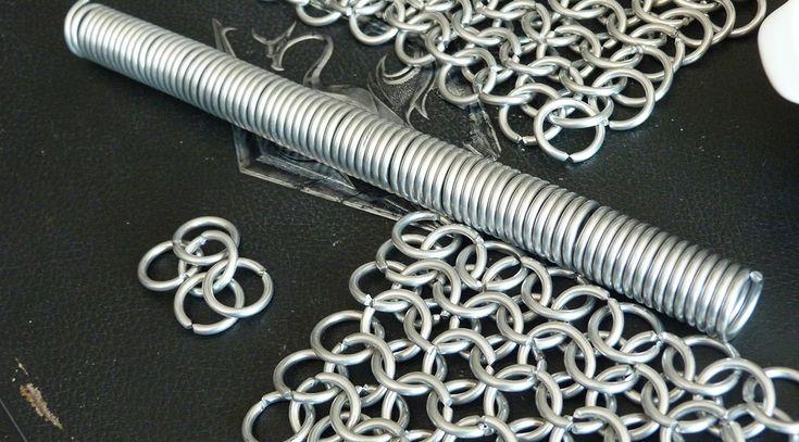 [FR] Apprenez à réaliser une cotte de mailles selon la méthode des '4 en 1' à partir de bobines de fil métallique, d'un bâton, d'une pince coupante et de beaucoup de patience. #cosplay #tutoriel