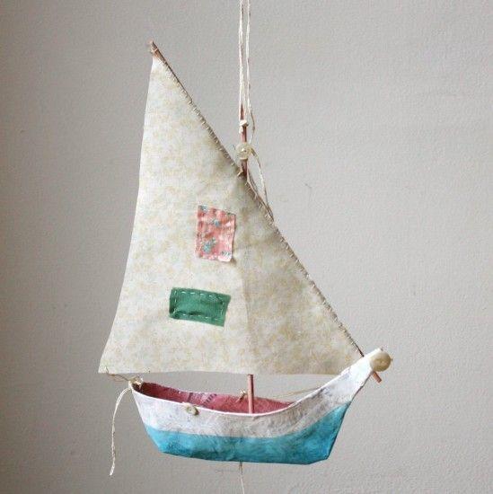 muropaketista veneen runko, paperia liisterillä päälle, purjeen voisi tehdä kartasta... Aika monivaiheinen, mutta ihana