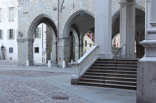 Colori pastello. Piazza Duomo a Bergamo - foto di Alberto Messaggi --- Questa fotografia partecipa al Concorso Fotografico Bergamo, per votarla condividila dalla pagina Facebook http://on.fb.me/1bfzk4E (la trovi tra i post di altri) e carica anche tu le tue foto su www.orobie.it per partecipare al concorso!