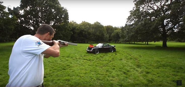 Prácticas de tiro al plato con... ¡un Porsche 911 Targa! - http://www.actualidadmotor.com/practicas-de-tiro-al-plato-con-un-porsche-911-targa-video/