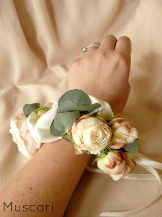 Bransoletka kwiatowa utkana z kremowo różowych róż