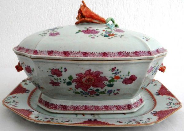 Companhia das Índias. Grande sopeira c/ presentoir, Famille Rose. Séc. XVIII medindo 22 cm de altura