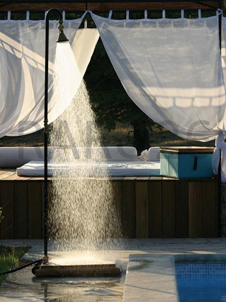 #Doccia da esterno con base in legno di robinia e tubo smontabile in ferro, soffione in ottone, collegabile alla #canna dell'acqua