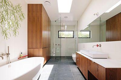 Hlavní ložnice má vlastní koupelnu.