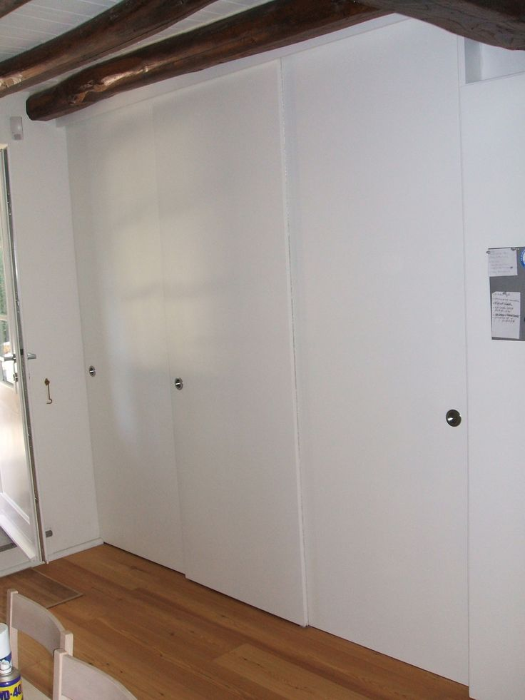 Armadio composto solamente da telaio esterno a 3 ante scorrevoli e ripiani a muro