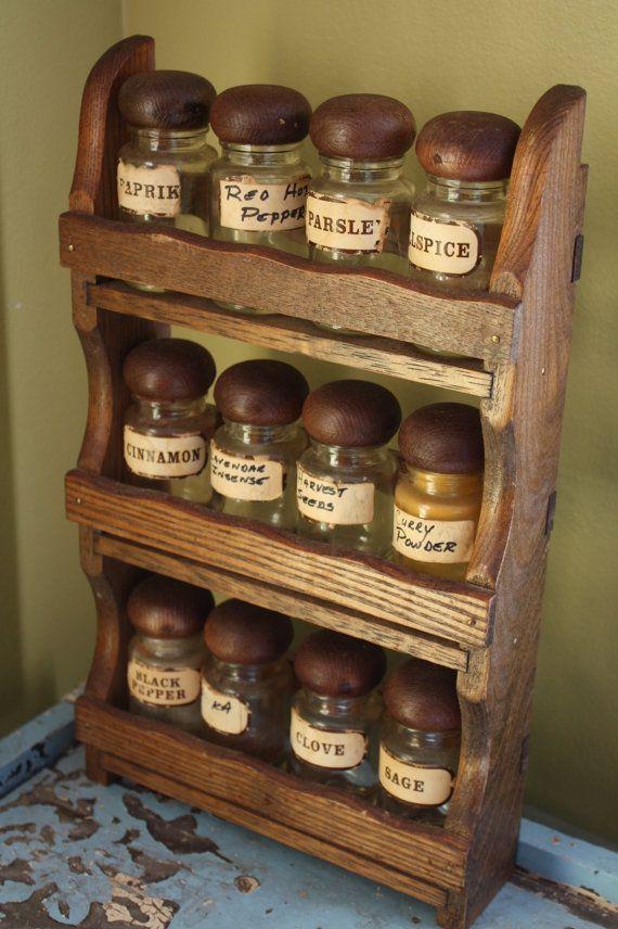 Het kruidenrekje, met glazen potjes. Meestal werden van de hele serie potjes maar enkele gebruikt, de rest stond er meer voor de sier.