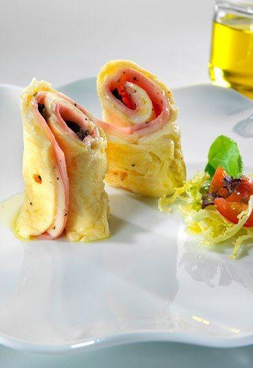 Rollito de tortilla con jamón y queso