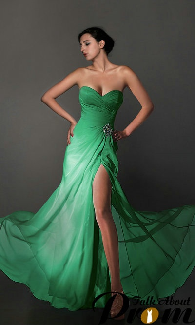 Im simply in love with this emerald prom dress!
