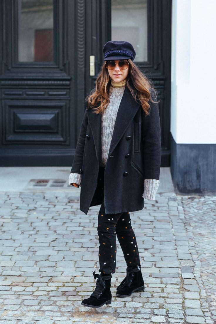 Team Journelles wears #6 – Jessie Office Outfit Look im Winter. Mantel: Isabel Marant, Pullover: Isabel Marant, Hose: Isabel Marant, Stiefel: Chloé, Elbsegler: Chanel, Sonnenbrille: Chloé #ootd #outfit #trend #style #look #fashion #inspiration #casual #coat #mantel #elbsegler #chloe #boots #knitwear #isabelmarant #french #frenchchic #frenchlook