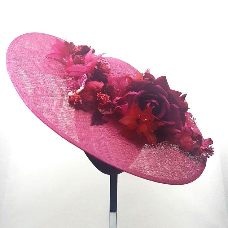 Este otoño se imponen las flores XXL en seda o terciopelo en tonos rojos, vino o burdeos que aporten un toque discreto y elegante a tu look