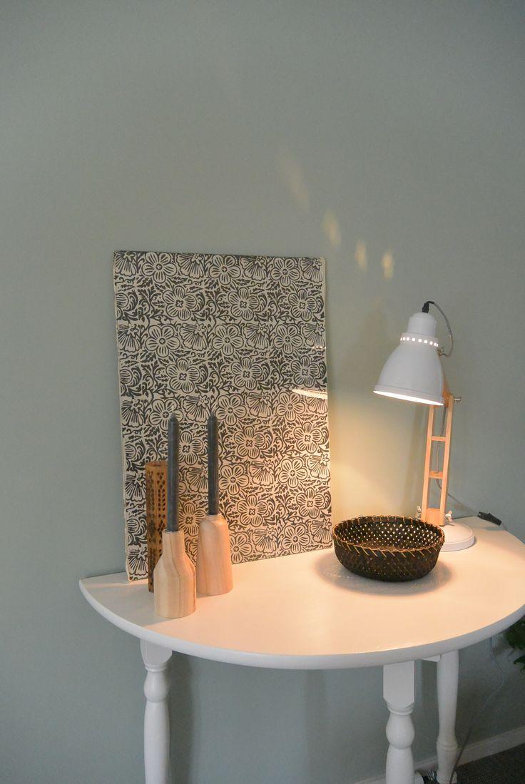 Appartement 1. Sidetable en bakje (kringloop), lamp en kaarsenstandaard (Xenos), print (Flokstra Groningen)