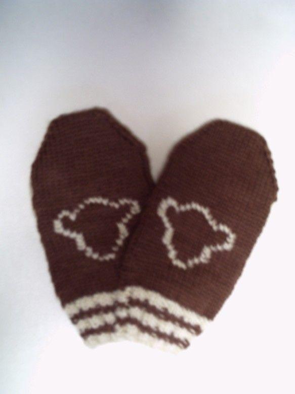 毛糸で編んだ子供用の手袋(ミトン型)です。前面にクマフェイスの編み込みをしてあります。【サイズ】長さ約18cm 手のひら周り約16cm※基本的にノークレーム・...|ハンドメイド、手作り、手仕事品の通販・販売・購入ならCreema。