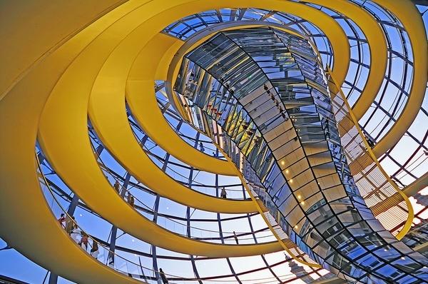 De gele lange strook die in een spiraal achtige vorm draait met het glas in het midden, lijkt het net of dit samen een tornado vormt en door de herhaling op een dansende manier lijkt te bewegen. @Lars Willemsen: Inderdaad, cool!