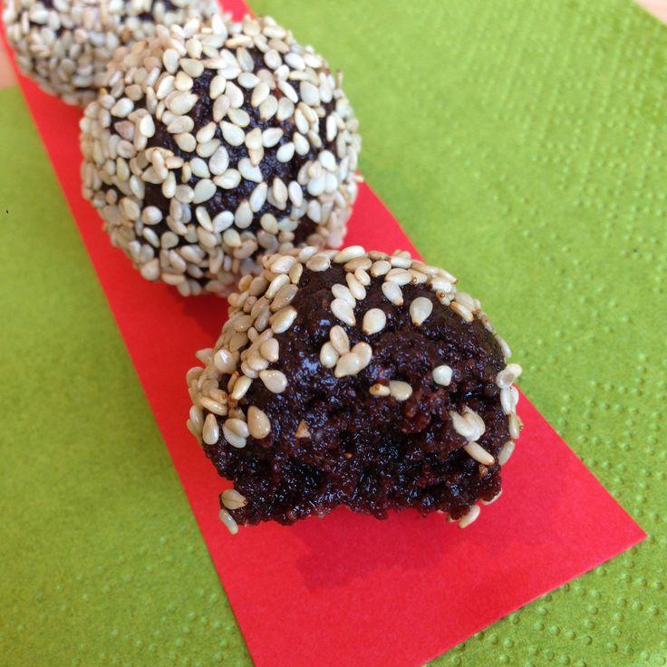 Hasselnøttkuler med kakao og sesamfrø