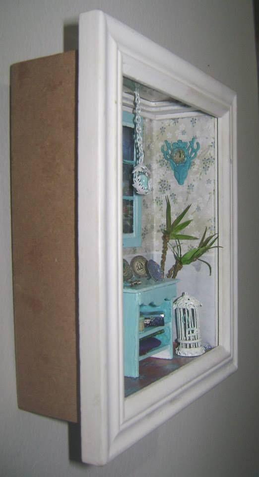 Μινιατουρα χειροποίητικο δωμάτιο. To δωματιάκι είναι σε κορνίζα και μπορεί να κρεμαστεί στον τοίχο.Διαστάσεις 19cm x 16cm. Miniature handmade room with frame for the wall. Size 19cm x 16 cm. https://www.facebook.com/photo.php?fbid=747583678593581&set=a.747583595260256.1073741829.100000258686938&type=3&theater