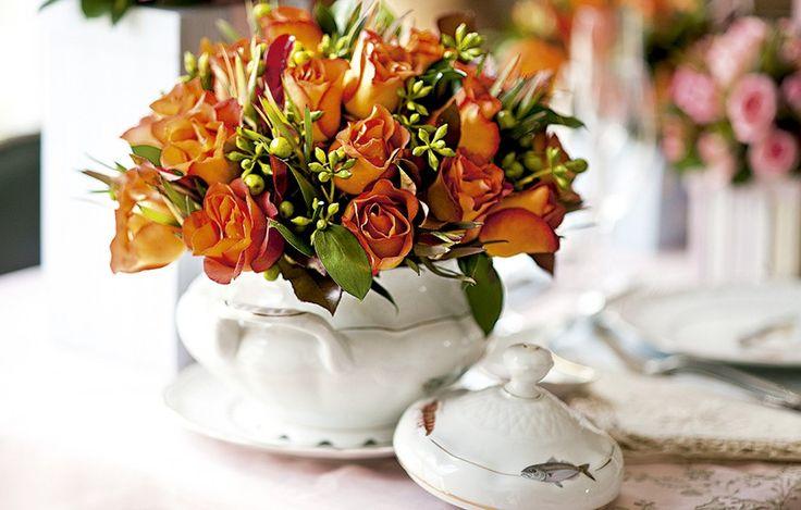 Coma ajuda de uma esponja floral e rosas, a sopeira sai do armário e vira um centro de mesa inusitado