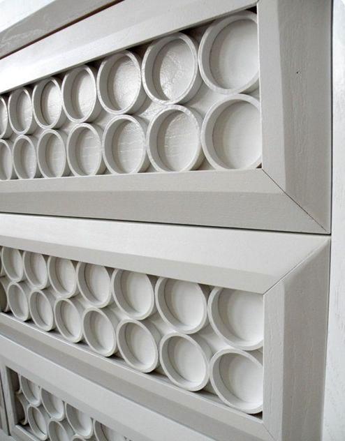 Мастер-класс как украсить мебель своими руками с помощью спилов труб ПВХ. Мебельный декор из пластиковых труб выглядит стильно, фактурно и интересно.