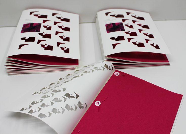 EL PAPEL, de plástico imprimible, con un tacto de gran suavidad, gran blancura y muy buena calidad de impresión. LA CELOSÍA DE RECORTE de la portada,  LA ENCUADERNACIÓN con un particular diseño de cosido. https://www.facebook.com/media/set/?set=a.611973328940517.1073741874.235917639879423&type=1&l=a64e5981f4