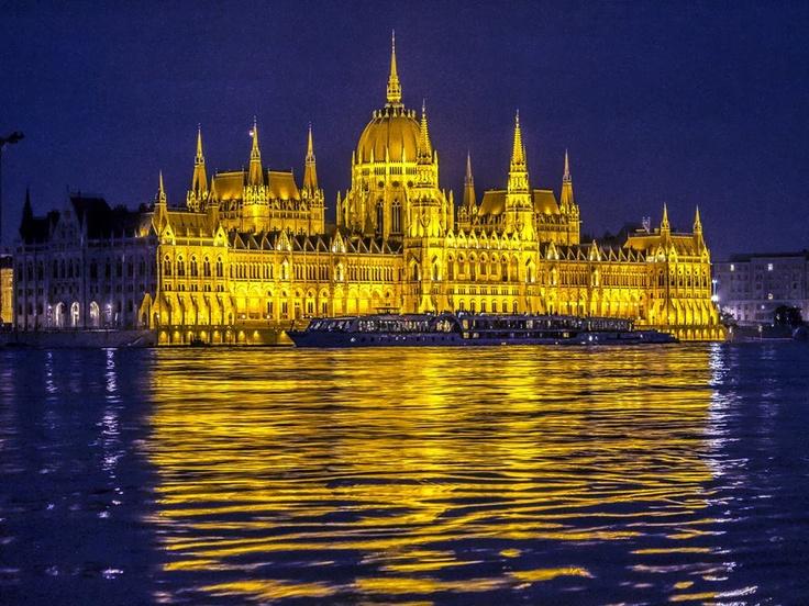 Budapest | Flood 2013. Photostream. credit: Rumán Ferenc. Follow on Fb https://www.facebook.com/BudapestPocketGuide & on Google+ @ https://plus.google.com/115990222400409382986/posts  #budapest #flood