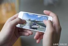 """4,3"""" смартфон Meizu выйдет на платформе Snapdragon 625    Человек — существо крайне противоречивое, хотя бы по той обычной причине, что крайне редко бывает кое-чем доволен. Если еще недавно на черные рамки по периметру никто и внимания не направлял, то сегодня их наличие считается моветоном и недочетом. Были времена, когда пользователидобивались больших мониторов, а сейчас достаточно тех, кто беспощадно критикует производителей за увлеченность фаблетами и отсутствие малогабаритных решений…"""