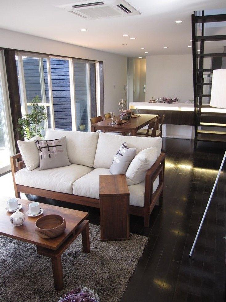 ダークブラウン色の床材にウォールナット無垢材の家具で ...