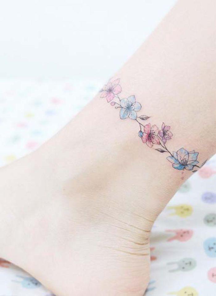 tattoo am knoechel, kleine blumen, weibliche tattoo motive, bein tattoo