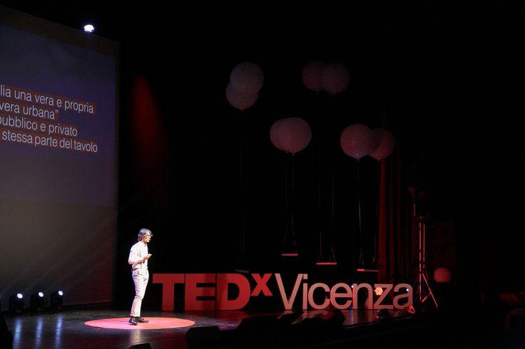 Claudio Bertorelli ci insegna a guardare ciò che ci circonda con occhi diversi. In particolare le nostre città, tra paradosso e realtà. #TEDxVicenza