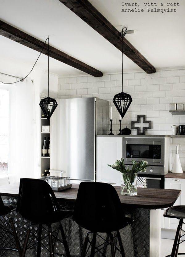 industrikök, industrial kitchen, hth kök, gråa köksluckor, grått kök, öppna hyllor i köket, extra brett kylskåp, miele, kors dekoratioon, ugn, svarta taklampor, tvåfota design, vitt kakel ända upp till taket i köket, koppar på hylla, barstolar, eames stol, vinförvaring, vinflaskor, vitt, grått,