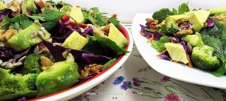 O salata dietetica ideala pentru curele de slabire si detoxifiere, din ingrediente cu putine calorii dar bogate in vitamine si minerale.