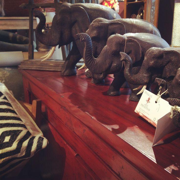 Tesoros de Tailandia.  Elefantes de Tailandia.  Dentro de la historia de Tailandia representan fuerza, sabiduría y protección. Los elefantes blancos son de la realeza tailandesa y eran la figura principal de la antigua bandera. Algo que sucede desde hace 60 años es un festival dedicado al más sabio de los animales celebrado durante tercera o cuarta semana de noviembre.