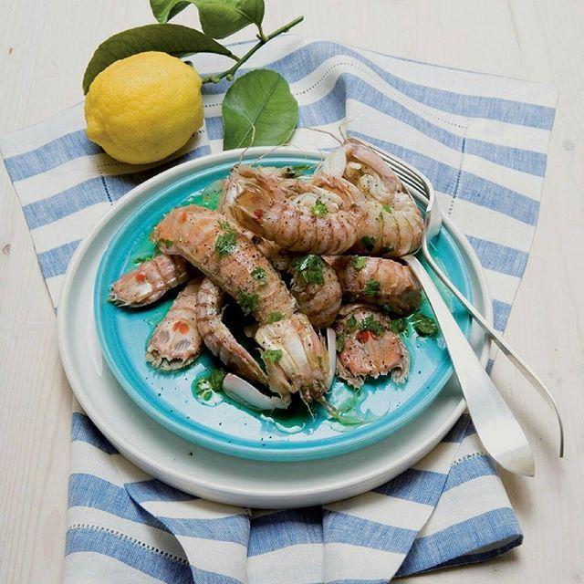 PANNOCCHIE ALL'AGRO Ingredienti (per 4 persone): 1 kg di pannocchie, 1 limone, 1 spicchio d'aglio, 1 ciuffo di prezzemolo, olio, sale e pepe qb. Preparazione: Lavate le pannocchie, incidetele sul dorso (dalla testa alla coda), tagliate loro le zampine, adagiatele in un tegame, salate, coprite e cuocete per 10 minuti a fuoco vivo con la sola acqua che i crostacei trasuderanno. Quando sono diventati leggermente rosati, ritirateli, trasferiteli sul piatto da portata. Preparate la salsina: in…