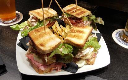 Club Sandwich - La ricetta del Club Sandwich, il famoso panino con tacchino, pomodoro, lattuga e bacon, messo da tre strati di pane.