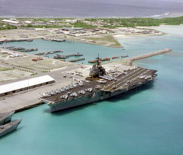 Le lagon de l'atoll est assez profond pour accueillir des porte avions et sous-marins.