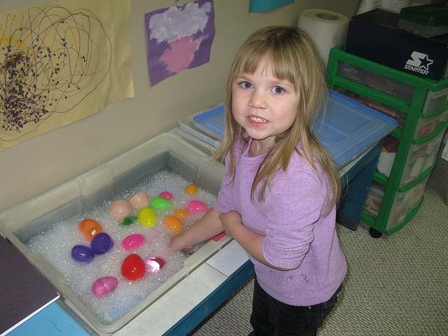 Caixa sensorial d'aigua. Textures, temperatura, mides, etc.