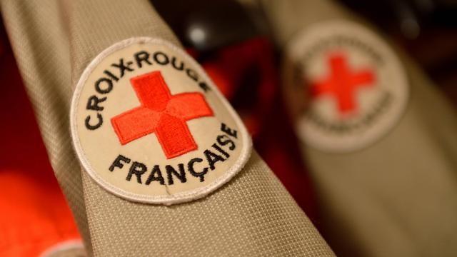 La Croix-Rouge française distribue des carnets de santé aux migrants