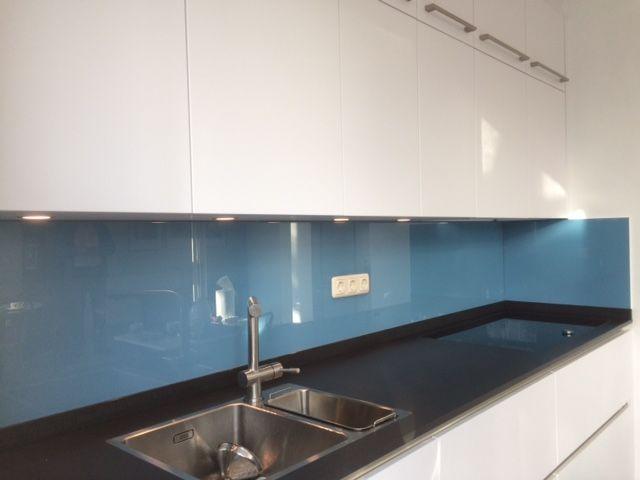 Gekleurd Keukenglas (RAL 5024) in een strakke witte keuken geeft een unieke uitstraling #backsplash #splashback #spatwand #glass #kitcheninspiration