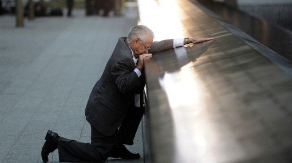 Robert Peraza in ginocchio davanti al nome del figlio, inciso sul memoriale delle vittime dell'11 settembre (Credits: Getty Images / Justin Lane-Pool)