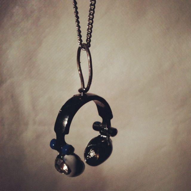 En ring från TiM. This is Me. Sara Hjelm. Omgjord till halsband.