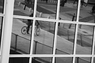 Muévete en bici por Madrid: reflejos en un rascacielos...