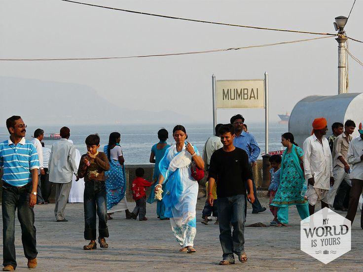Het plein rond de Gateway to #India: ga op een muurtje zitten en vermaak je urenlang door de inwoners van #Mumbai te observeren: families die op hun mooist rond paraderen en mannetjes die van alles verkopen, van pinda's tot reusachtige ballonnen. Er lopen Indiërs in hun meest prachtige #gewaden, naar verluid hopend op een rolletje in een Bollywoodfilm. #Bollywood