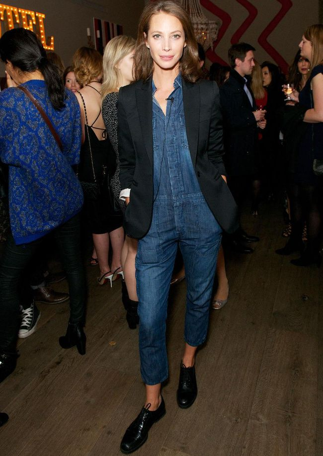 Pour chiciser la combinaison en jean, on pense à lui associer blazer smoking et derbies carbone (photo Vogue)