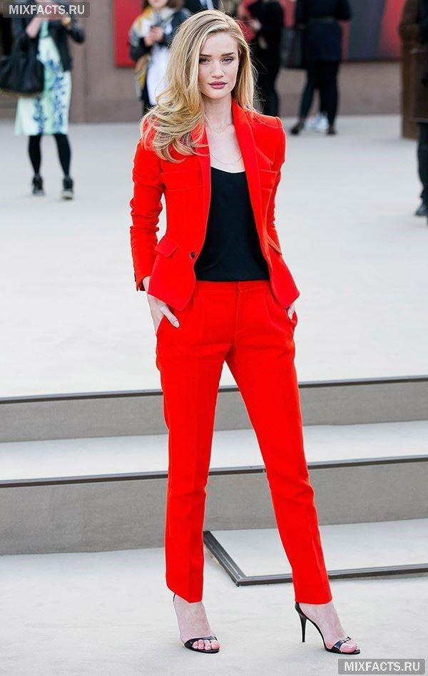 с чем носить красный костюм