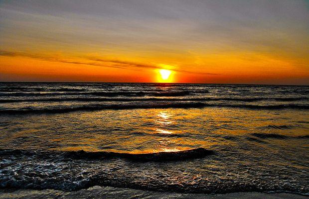 Sonnenuntergang am Strand | Sunset on the beach | Gesund Schlafen ist die Grundvoraussetzung für eine gute Gesundheit. Viele Menschen haben schon die Erfahrung gemacht, dass nach dem Verstellen des Bettes, bzw. nach einem Wohnortwechsel entsprechende Verbesserungen auftraten oder dass man in fremden Betten im Urlaub oder bei Freunden besser als im eigenen Bett schläft. Wenn man diese Erfahrungen gemacht hat, können die Ursachen von Schlafstörungen Wasseradern, Erdstrahlen und Elektrosmog…