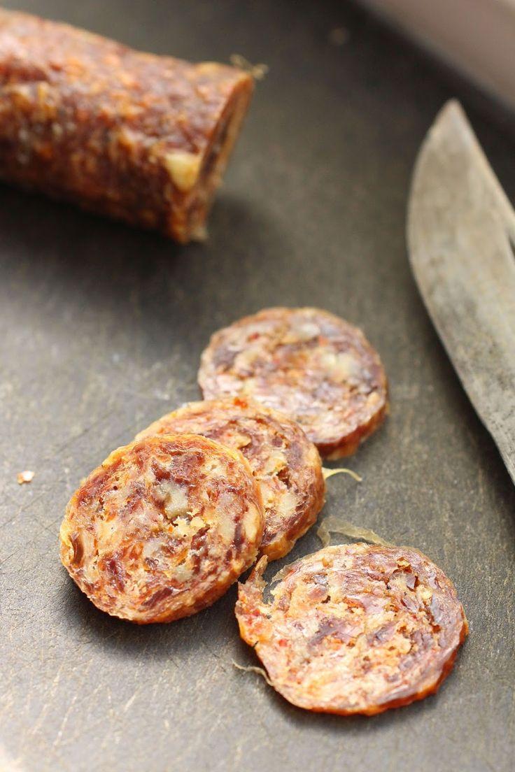Il y a quelque chose d'étrangement satisfaisant à faire ses propres saucisses. C'est en fait très simple à réaliser, et on peut se fair...