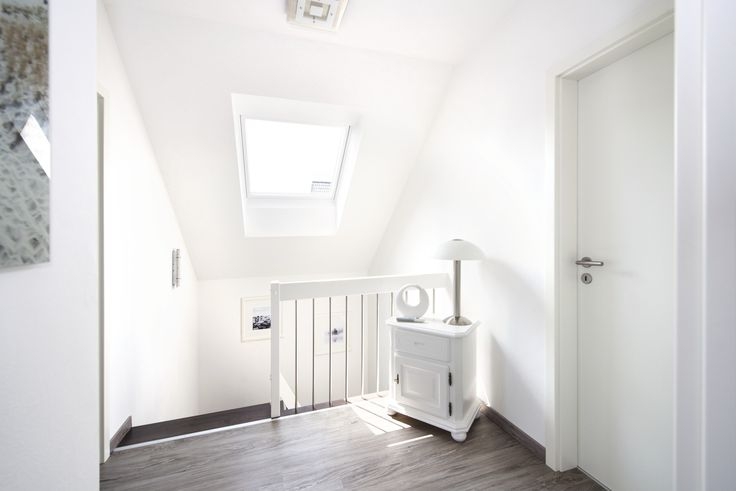 Viel Licht im Treppengang #weberhaus #Fertighaus #treppe #dachfenster