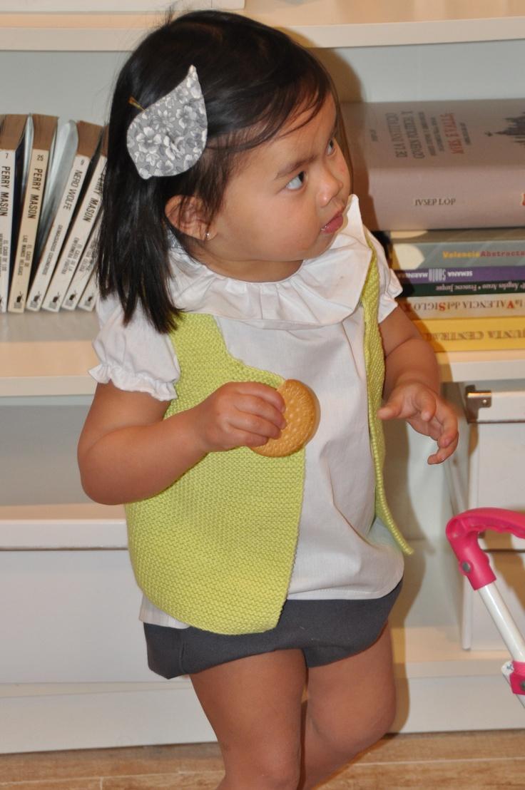 Chaleco Limoncello sobre blusa Cayetana blanca http://pajarato.com
