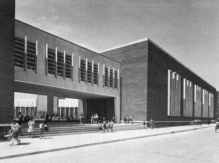 Uno de los accesos a la Escuela Nacional de Maestros, poco después de su construcción en 1945
