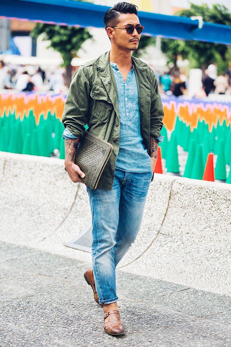 """ジーンズといえば、メンズファッションの超定番アイテムだ。今回は""""春シーズンのジーンズスタイル""""にフォーカスして注目の着こなし&アイテムを紹介! ジーンズ×テーラードパンツスタイル 起毛感のあるブラウンテーラードジャケットに色落ちデザインの効いたジーンズを合わせてラフな雰囲気をプラスしたジャケパンスタイル。足元には履き込んだ風合いのチェルシーブーツをチョイスしてこなれ感をプラス。 replay(リプレイ) スウェットデニムパンツ 1978年にクラウディオ・ブジオール氏が始動したイタリアジーンズのリーディングブランド「replay(リプレイ) 」。ヨーロッパで絶大な人気を誇るブランドだ。パワーストレッチ素材によってスウェットパンツのような快適な履き心地を実現したデニムパンツ。違和感のないエージング加工も魅力的だ。 詳細・購入はこちら ジーンズ×ニットジャケットスタイル リラックス感のあるオフカジュアルスタイルの中にも締まりのある雰囲気を持たせたい場合、ニットジャケットは有力な選択肢になるだろう。スキニージーンズにニットジャケットと同色のカットソーをタッ..."""